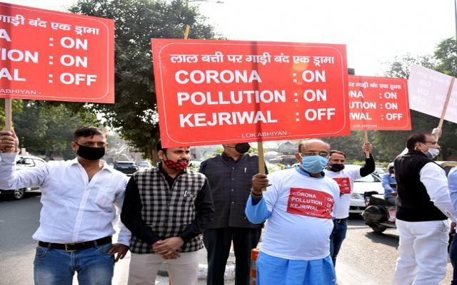 नई दिल्ली में गुरुवार19 नवम्बर को आईटीओ चौक रेड लाइट पर  बीजेपी नेता एवं पूर्व कैबिनेट मंत्री विजय गोयल दिल्ली में बढ़ रहे कोरोना मामले एवं वायु प्रदूषण के मुद्दे पर  मुख्यमंत्री अरविंद केजरीवाल सरकार के खिलाफ प्रदेश करते हुए।