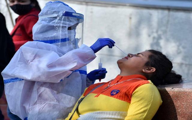 नई दिल्ली में मंगलवार, 15 दिसंबर को जिला मजिस्ट्रेट द्वारा राजीव चौक मेट्रो स्टेशन पर कोविद 19 परीक्षण के लिए नमूना एकत्र करते स्वास्थ्य कर्मी।फोटो गणेश बिष्ट