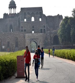 नई दिल्ली में गुरुवार19 नवम्बर को राजधानी में विश्व धरोहर सप्ताह के अवसर पर दिल्ली के स्मारकों में आने वाले पर्यटकों को मुफ्त में (बिना टिकट ) एंट्री मिली। पुराना किला देखने पहुंचे लोग।