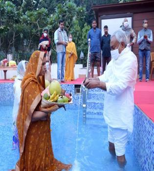 बिहार के मुख्यमंत्री नीतीश कुमार अपने घर पर छठ पूजा पर उदयीमान सूर्य को अर्ध्य देते हुए