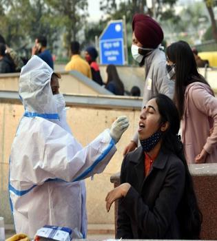नई दिल्ली में सोमवार 28 दिसंबर को राजधानी में कोरोना की जॉच कराते लोग। हिःस फोटो गणेश बिष्ट